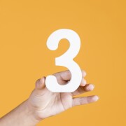 három